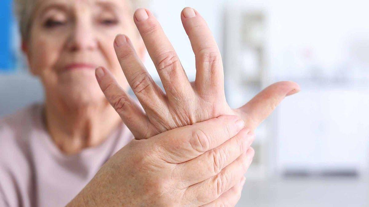 Nguyên nhân viêm khớp dạng thấp có thể do tuổi tác