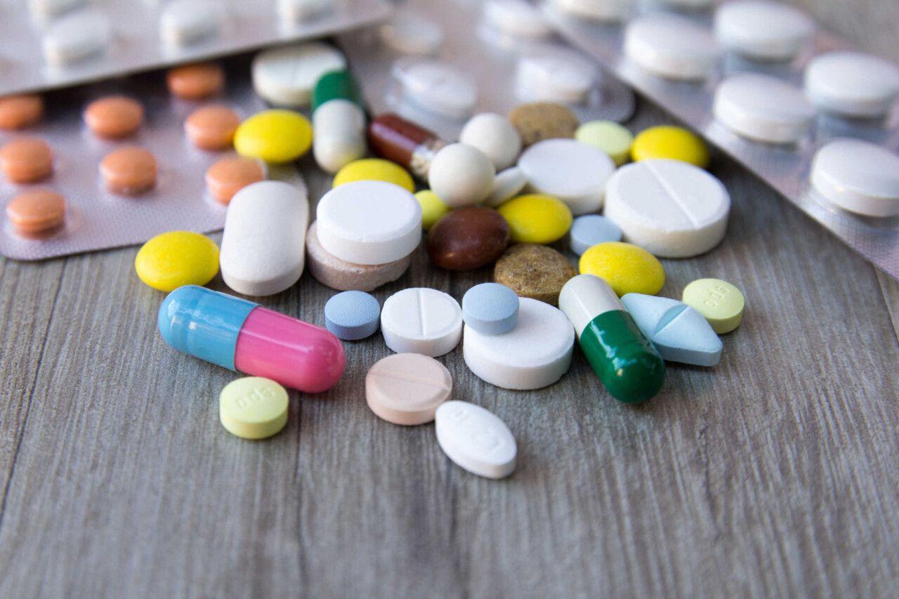 Khi sử dụng thuốc tây điều trị viêm khớp vai phải tuyệt đối tuân thủ chỉ dẫn của bác sĩ