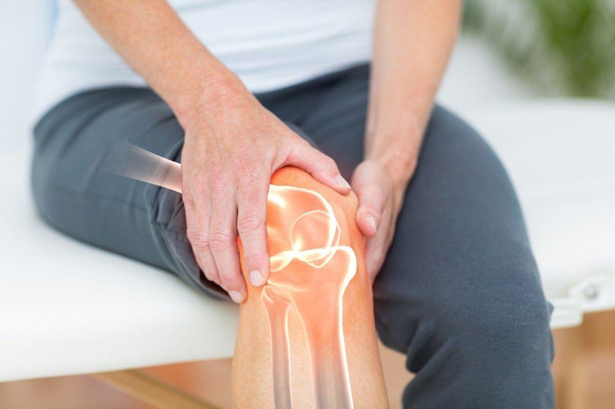 Cứng khớp, mất cảm giác ở khớp là một trong những triệu chứng thường gặp của thoái hóa khớp