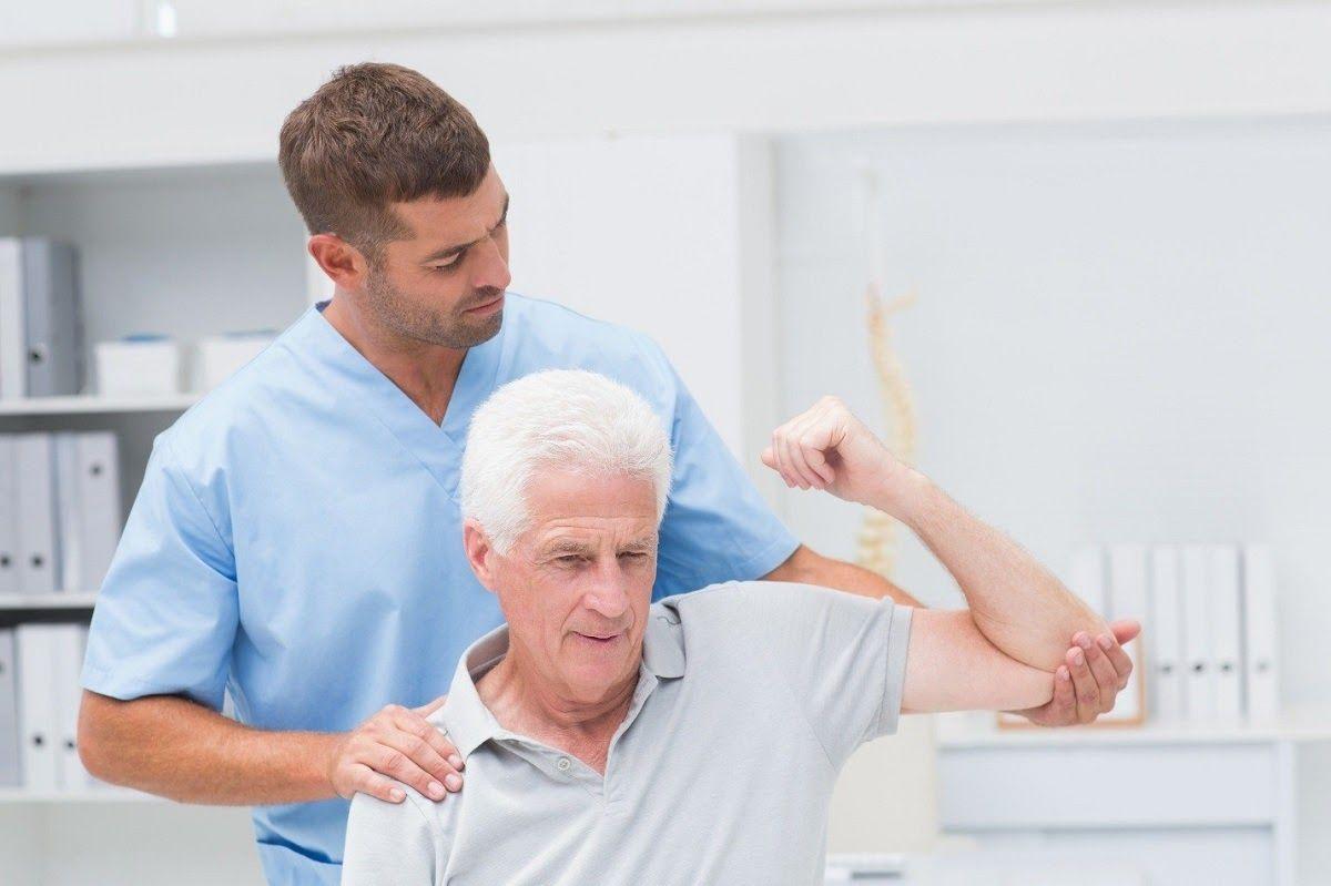 Vật lý trị liệu sẽ giúp tăng cường cơ bắp xung quanh vùng khớp bị tổn thương