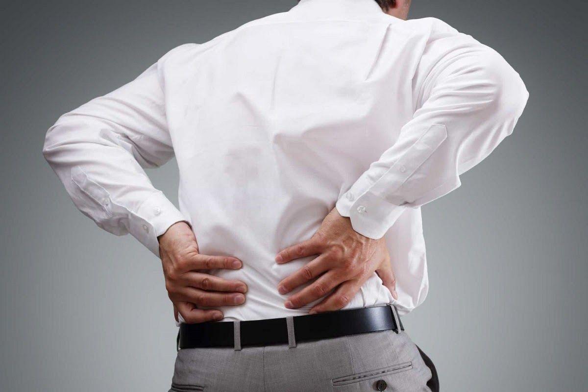 Đau vùng thắt lưng là triệu chứng điển hình của bệnh thoát vị đĩa đệm cột sống thắt lưng