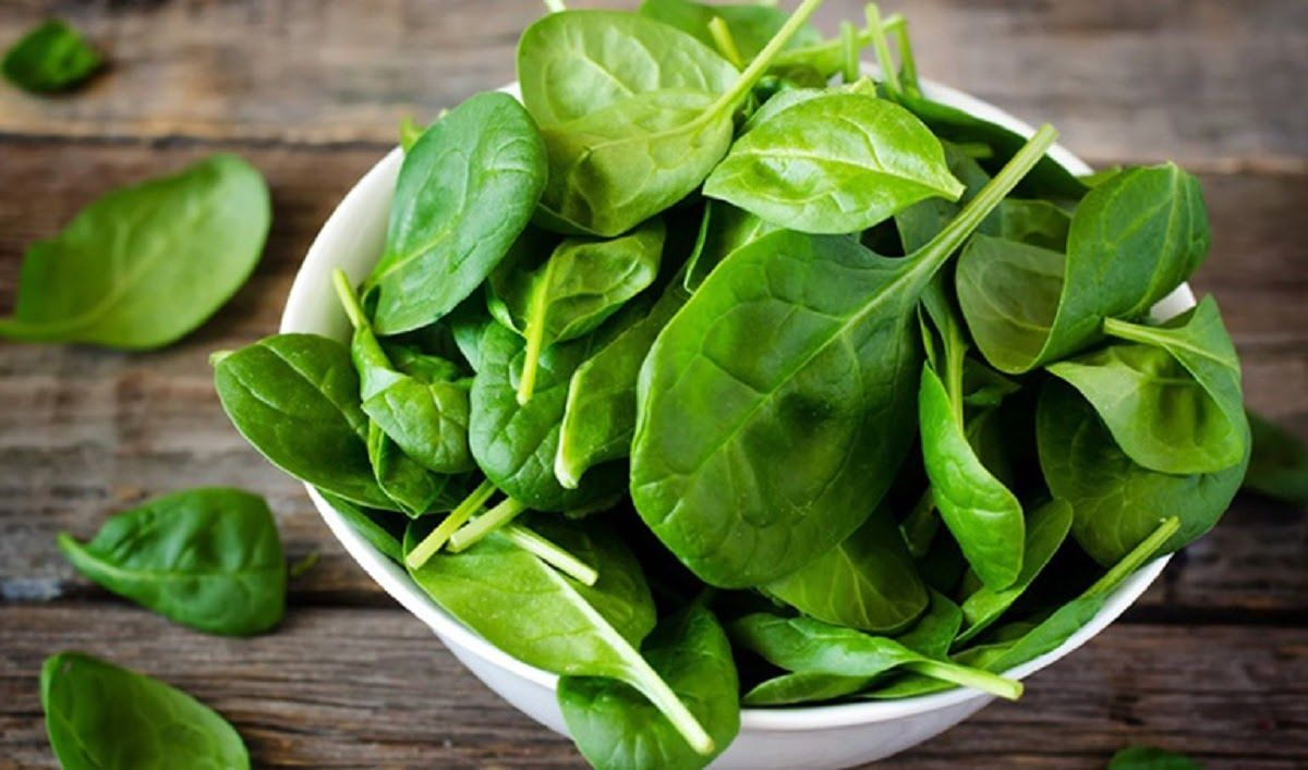 Rau bina là loại rau xanh được khuyến khích ăn khi đang bị viêm khớp cổ chân