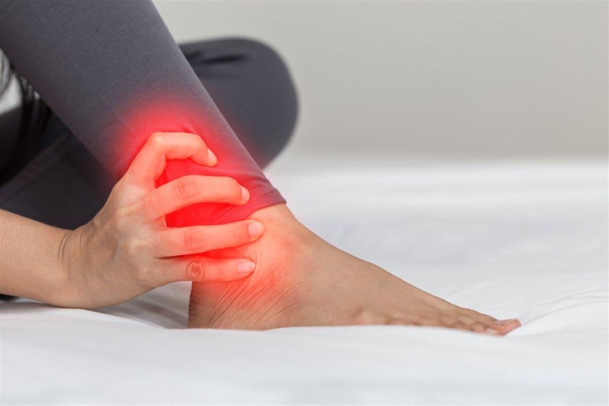 Người bệnh thường có cảm giác đau nhức kết hợp với sưng viêm ngay tại khớp cổ chân