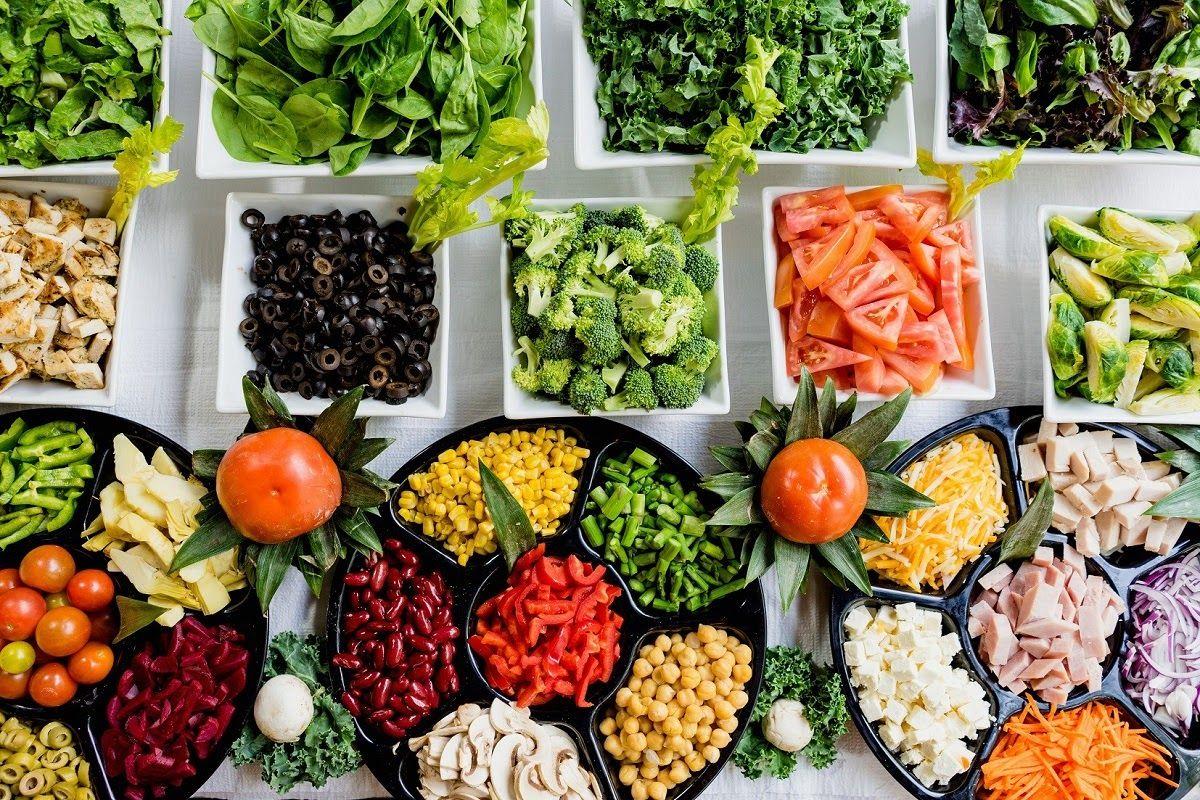 Các loại thực phẩm có lợi cho sức khỏe như trái cây, rau xanh, ngũ cốc nguyên hạt tốt cho người viêm khớp dạng thấp