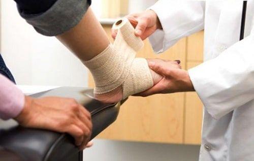 điều trị đau mắt cá chân