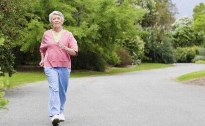 Bị thoái hóa khớp gối có nên tập yoga và đi bộ?