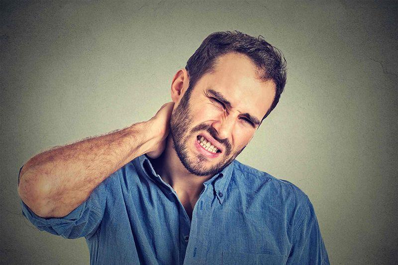 Người mắc bệnh thoái hóa đốt sống cổ chính là yếu tố nguy cơ gây đau đầu