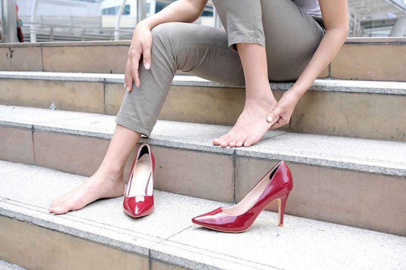 Đi giày cao gót làm tăng nguy cơ viêm khớp ở chân
