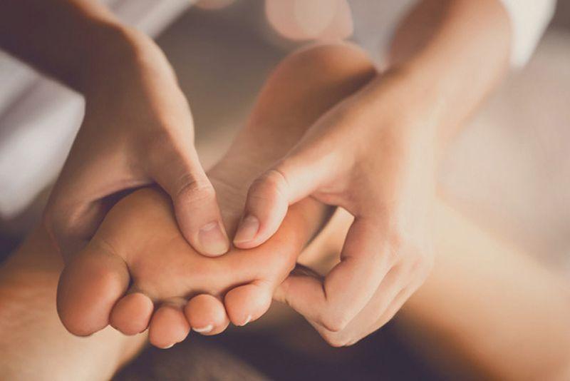 Massage chân trước khi đi ngủ giúp giảm nguy cơ viêm khớp chân