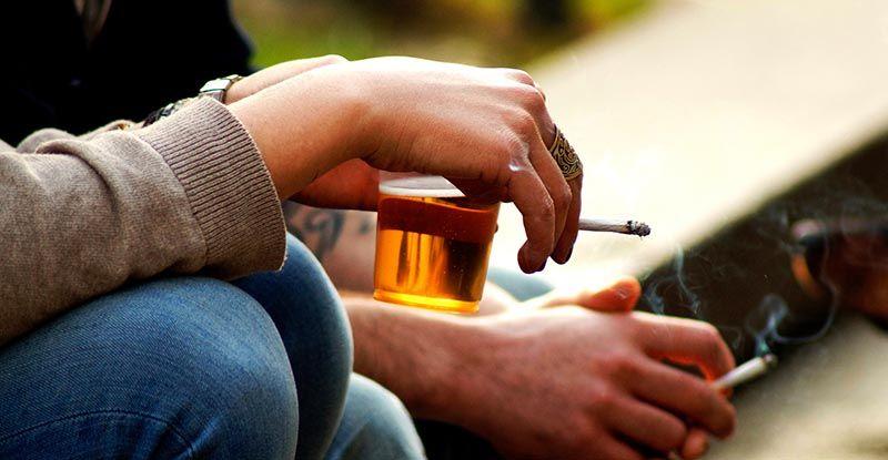 Thuốc lá, rượu bia không tốt cho người thoát vị đĩa đệm