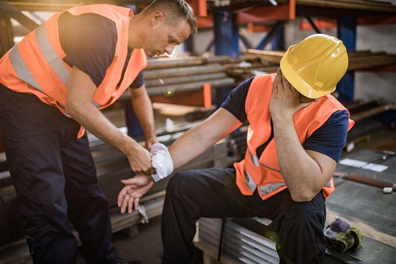 Chấn thương trong lao động có thể khiến khớp bị viêm đau