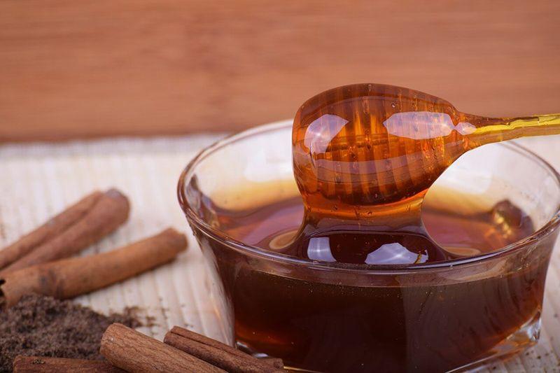 Mật ong và bột quế được sử dụng để bôi các khớp bị đau, sưng