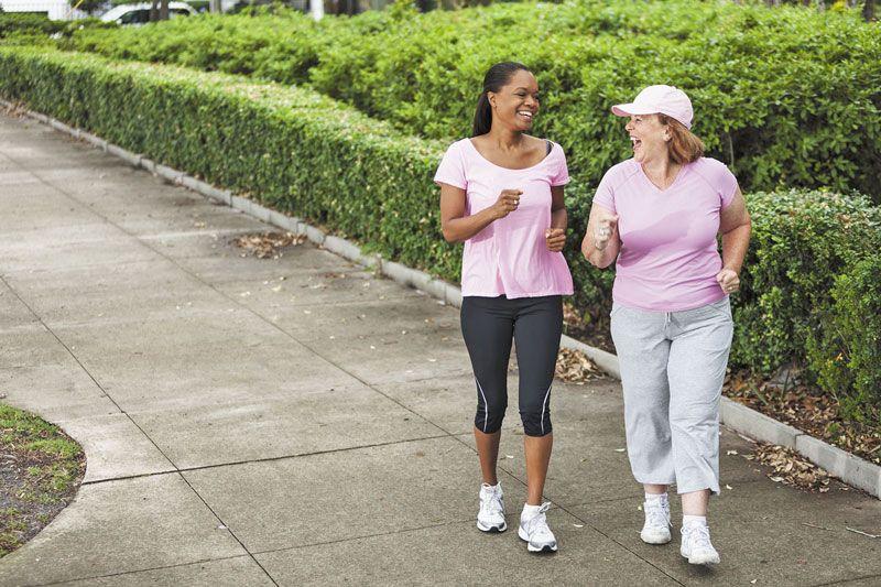 Đi bộ là phương pháp dành cho những ai đang băn khoăn thoát vị đĩa đệm nên tập gì