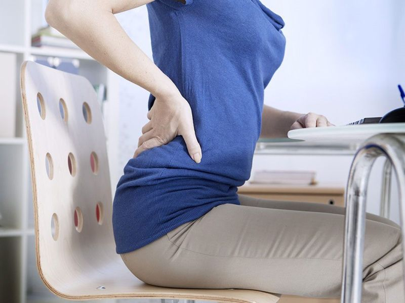 Triệu chứng rõ nhất của bệnh là đau thắt vùng lưng dưới
