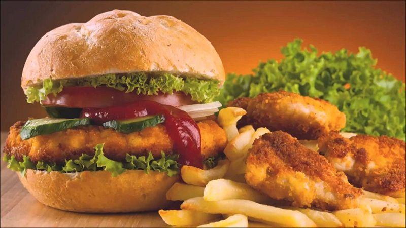 Người mắc bệnh gai cột sống nên hạn chế các loại thức ăn nhanh, nhiều dầu mỡ