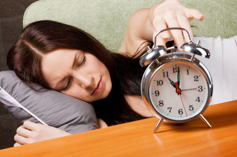 Các cơn đau đầu cùng các triệu chứng khác của thoái hóa cổ khiến bệnh nhân mất ngủ thường xuyên