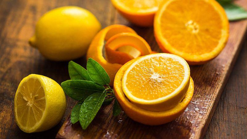 Nên ăn những loại trái cây chứa nhiều Vitamin C như chanh, cam