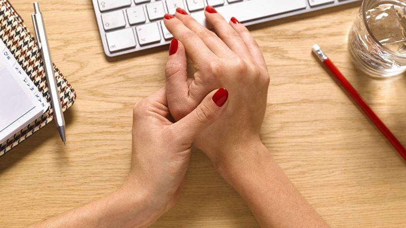 Người làm việc thường xuyên bằng máy tính, viết lách dễ bị thoái hóa khớp ngón tay