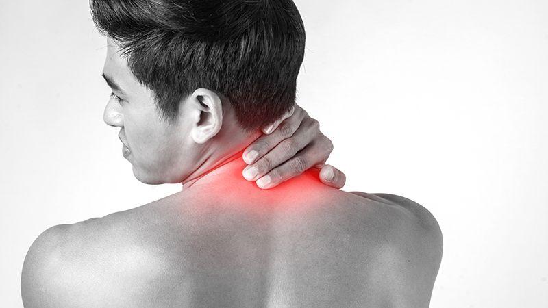 Khó xoay cổ hoặc bị đau có thể là triệu chứng của thoát vị đĩa đệm