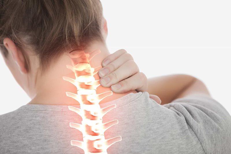 Những cơn đau cứng vùng cổ xuất hiện thường xuyên