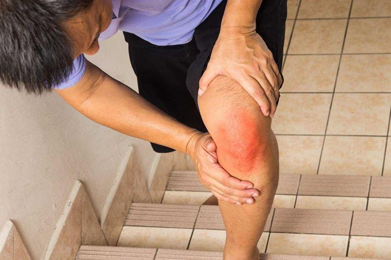 Người bệnh thường xuyên trải qua các cơn đau nhức, đi lại khó khăn
