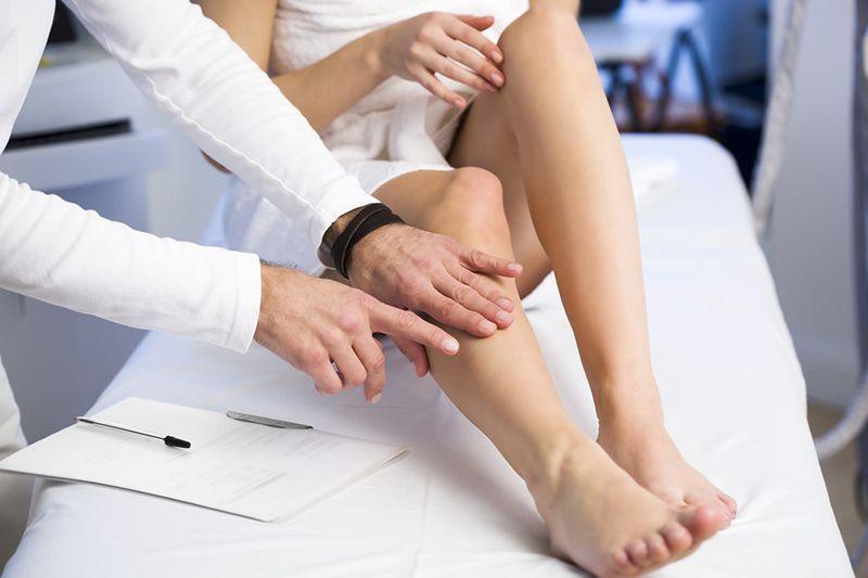Khi bệnh nhân có các biểu hiện của viêm khớp thì tốt nhất nên đến gặp bác sĩ chuyên khoa để được thăm khám và kiểm tra