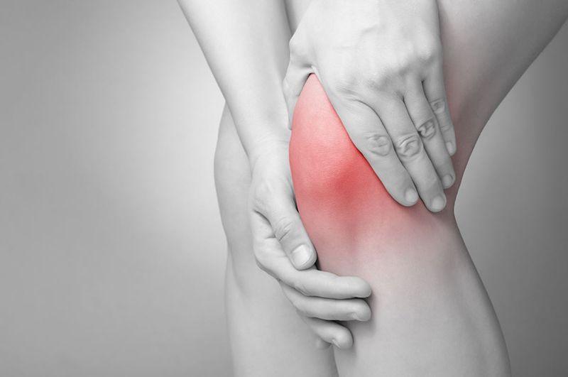 Viêm khớp gối gây hiện tượng đau âm ỉ và cứng khớp đầu gối