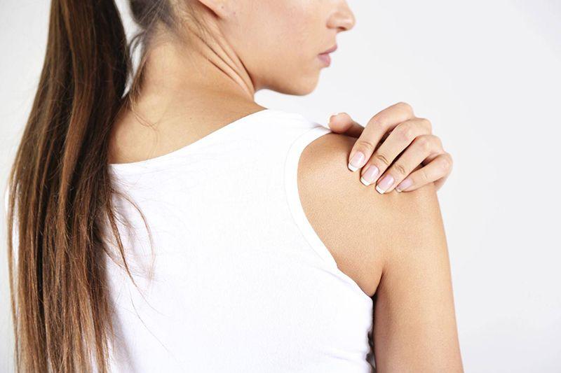 Viêm khớp quanh vai chủ yếu là tình trạng tổn thương ở các phần mềm như gân, cơ, dây chằng và bao khớp của vai