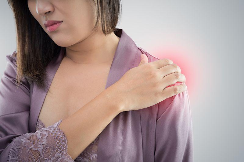 Người bệnh có thể đau âm ĩ hoặc dữ dội vùng vai bị viêm khớp