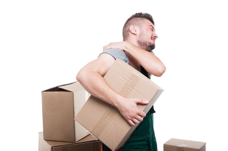 Tư thế của tay hoặc mang vác vật quá nặng có thể là nguyên nhân dẫn đến viêm khớp quanh vai
