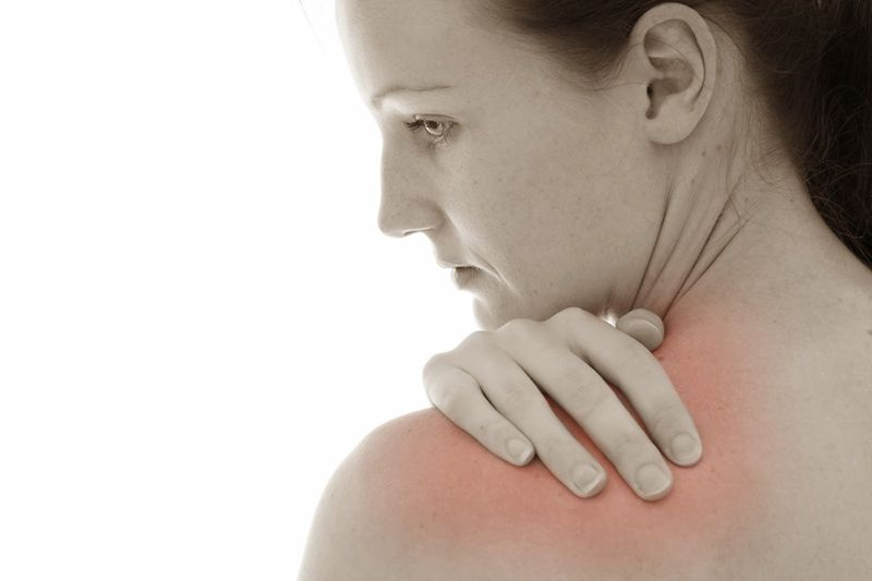 Viêm khớp vai trái gây sưng đỏ vùng tổn thương