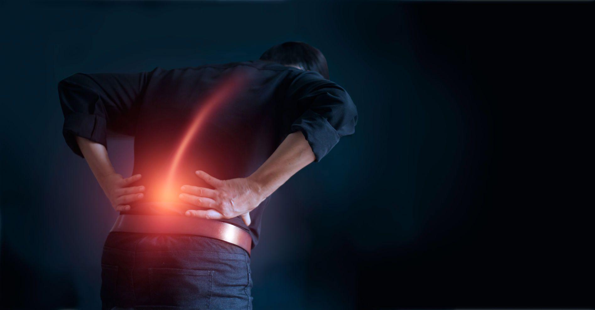 Quá trình thoái hóa tự nhiên của xương khớp khiến cho người già bị đau gai cột sống lưng