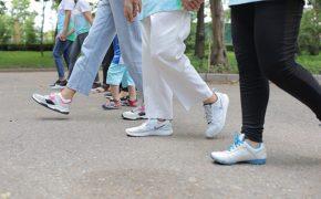 Giải đáp bệnh nhân bị khô khớp gối có nên đi bộ không?